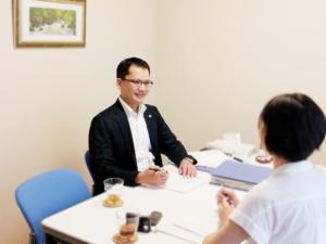 東京都中央区築地の社労士、社会保険労務士法人せんだ事務所の応接室での相談風景